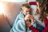 Husten, Schnupfen, Heiserkeit: Kind inhaliert