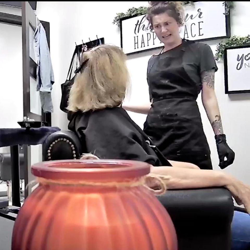 Eskalation beim Haare färben: Friseurin wirft rassistische Kundin raus