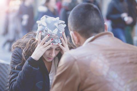 Streit schlichten: Ein Pärchen sitzt sich gegenüber und streitet