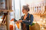 Eine Frau kauft Bio-Nudeln