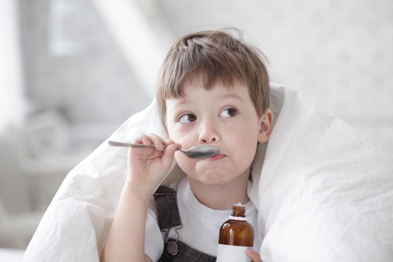 Krankes Kind: Kind nimmt Medizin
