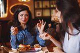 Zwei Freundinnen beim Mittagessen