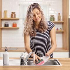 Eine Frau wäscht einen Teller ab