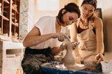 Zwei Frauen beim Töpfern