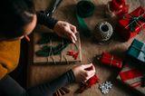 Eine Frau packt Weihnachtsgeschenke ein