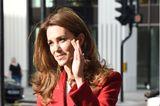 Herzogin Kate im roten Mantel