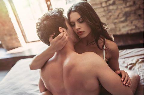 Liebesschaukel: Frau in Unterwäsche sitzt auf Schaukel