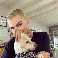 Ruby Rose mit Rainbow Hair