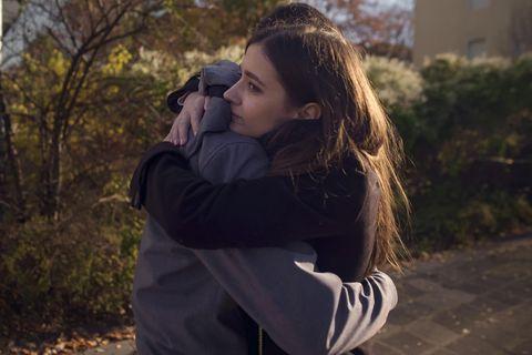 Vor einer Trennung: Ein Pärchen umarmt sich