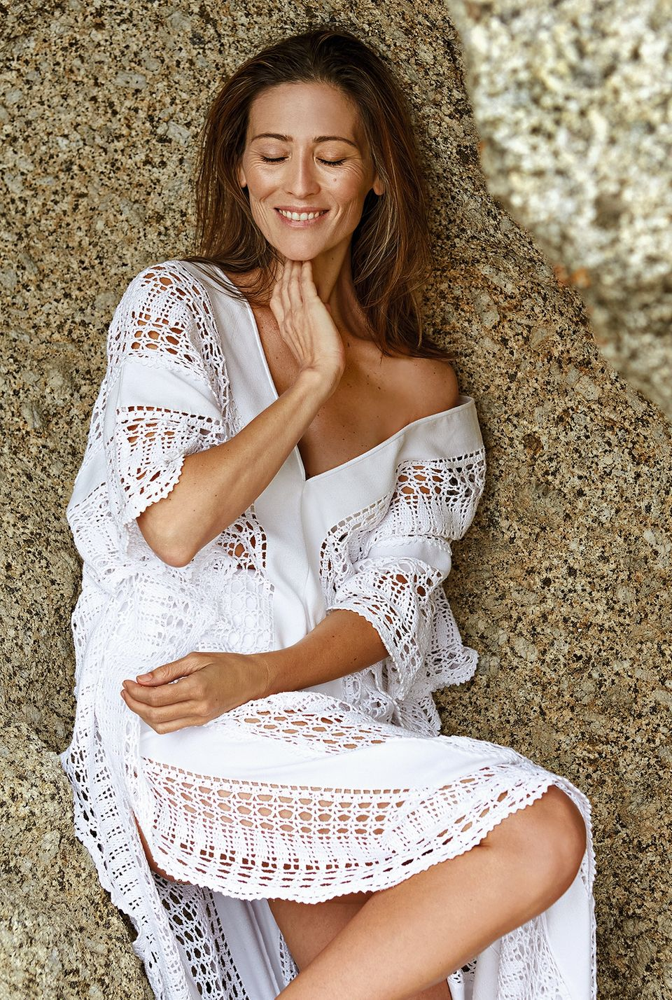 Hautalterung: Model im weißen Kleid