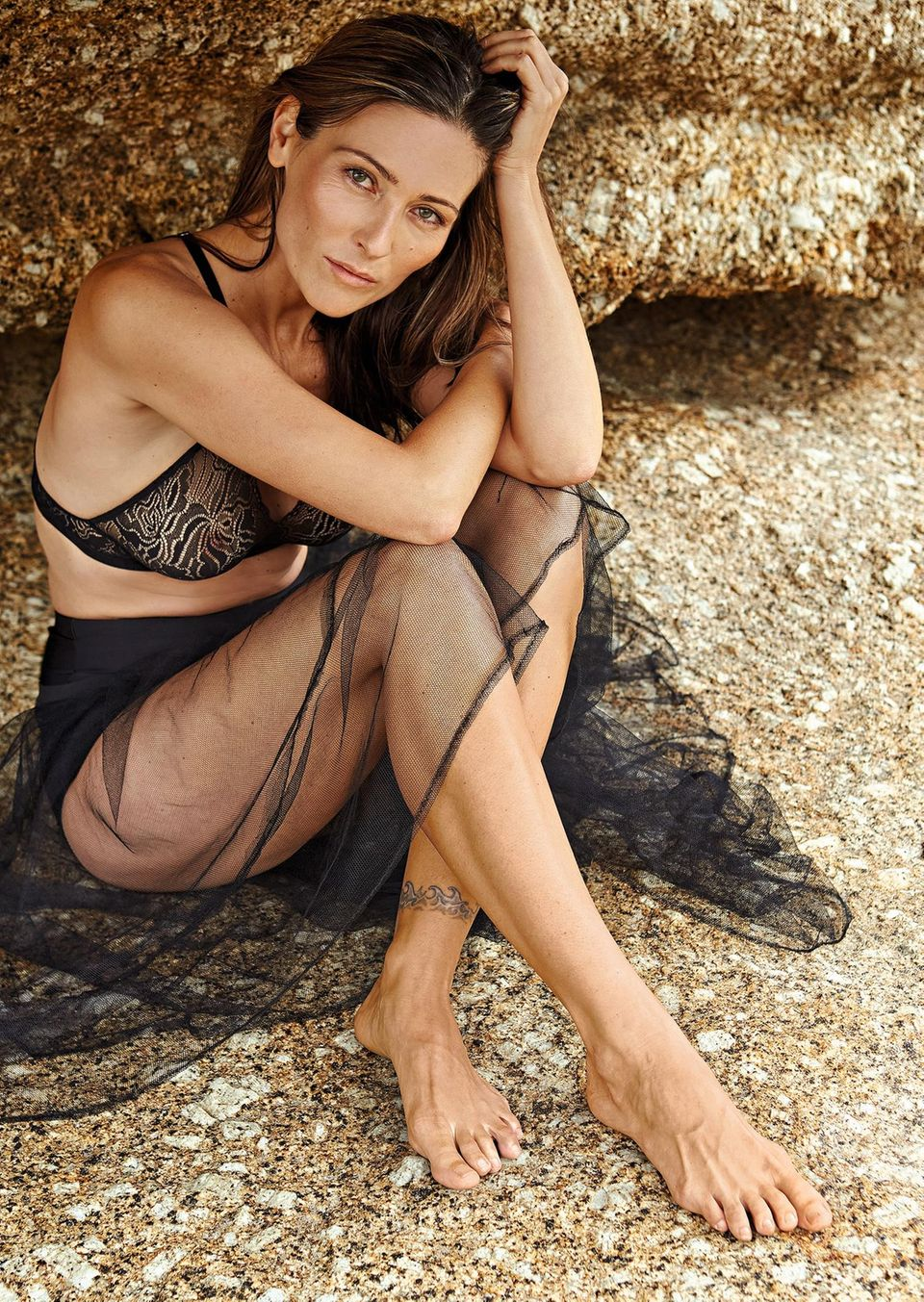 Hautalterung: Model im schwarzen Bikini