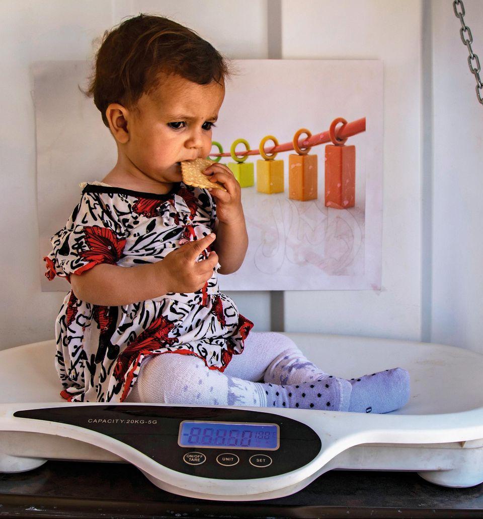 Ein Schal fürs Leben: Unterernährtes Kind