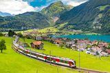 Was können wir von den Schweizern lernen: Bahn fährt durch Natur