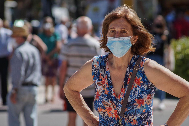 Corona aktuell: Eine Frau mit Mundschutz