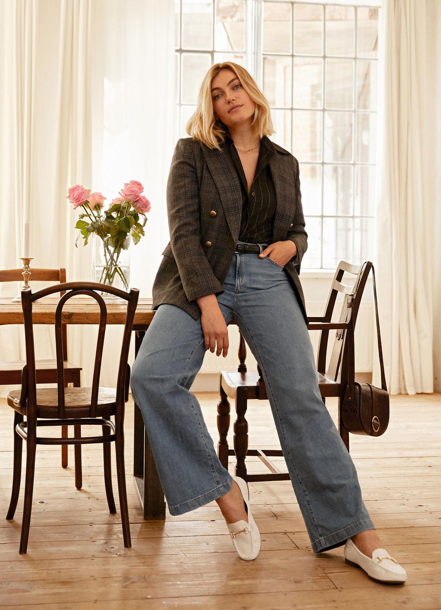 Tolle Mode: Blazer und ausgestellte Jeans