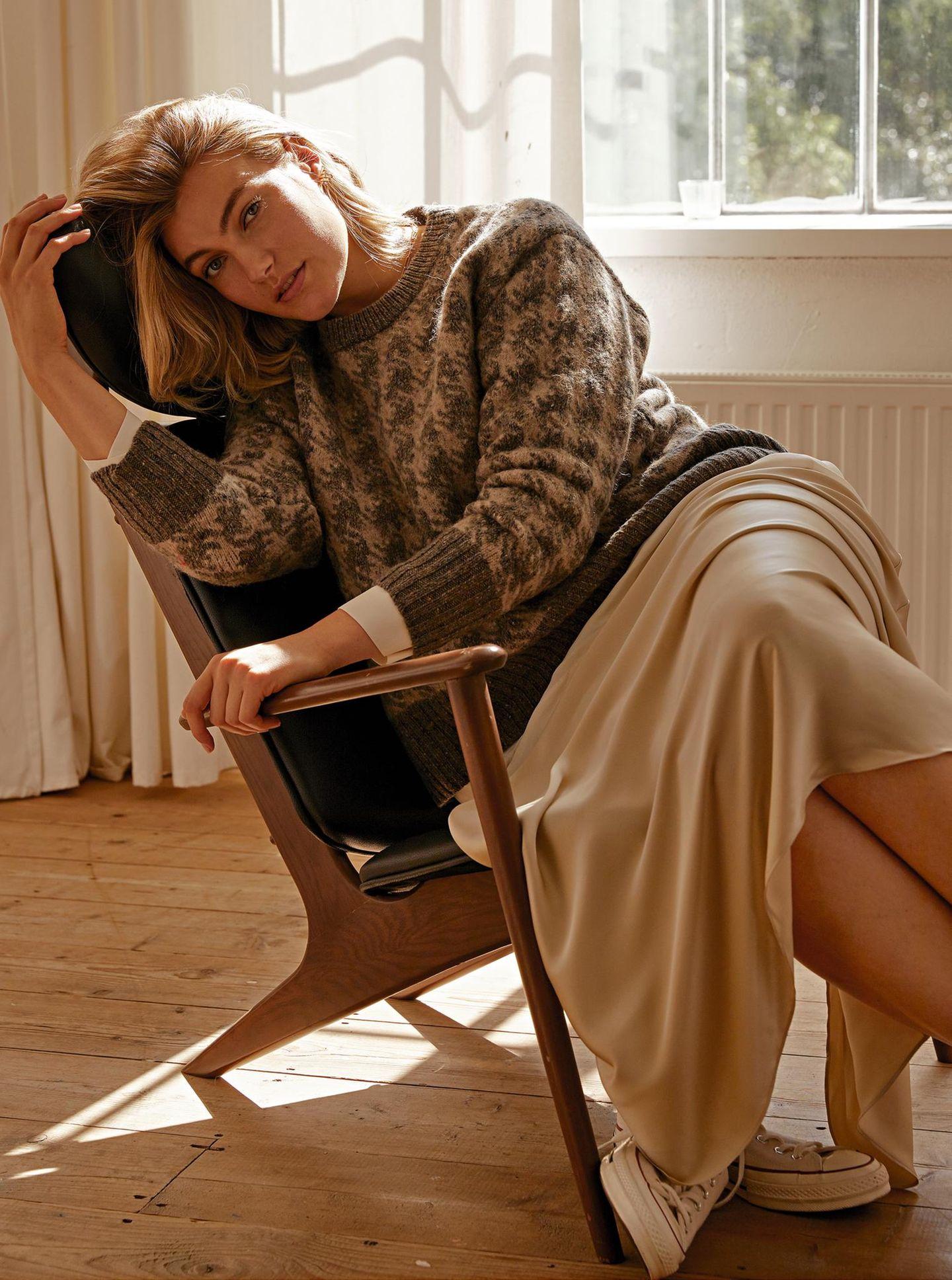 Tolle Mode: Fließender Rock mit Pullover