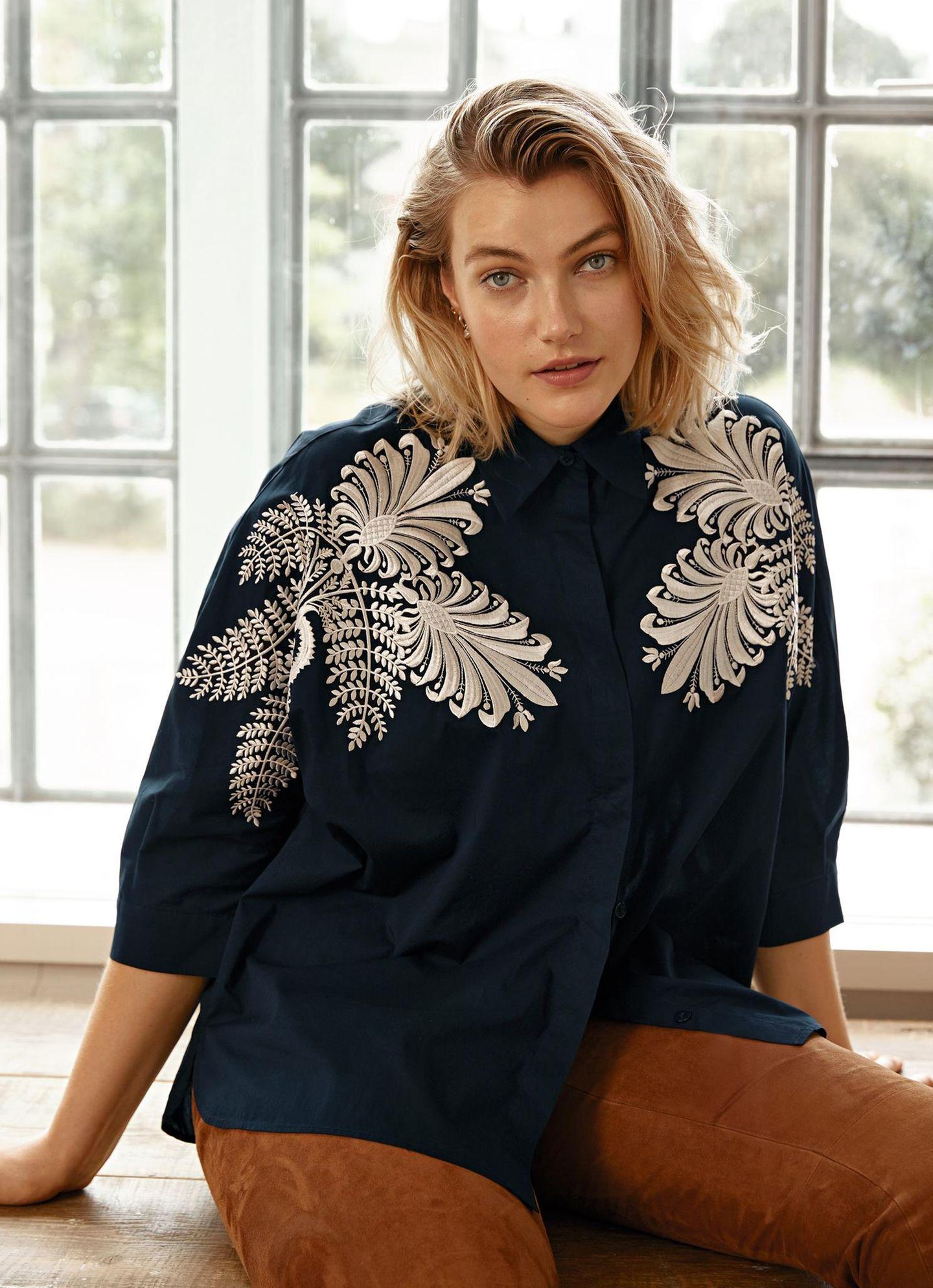 Tolle Mode: Bluse mit Stickerei kombiniert mit Hose aus Ziegenleder