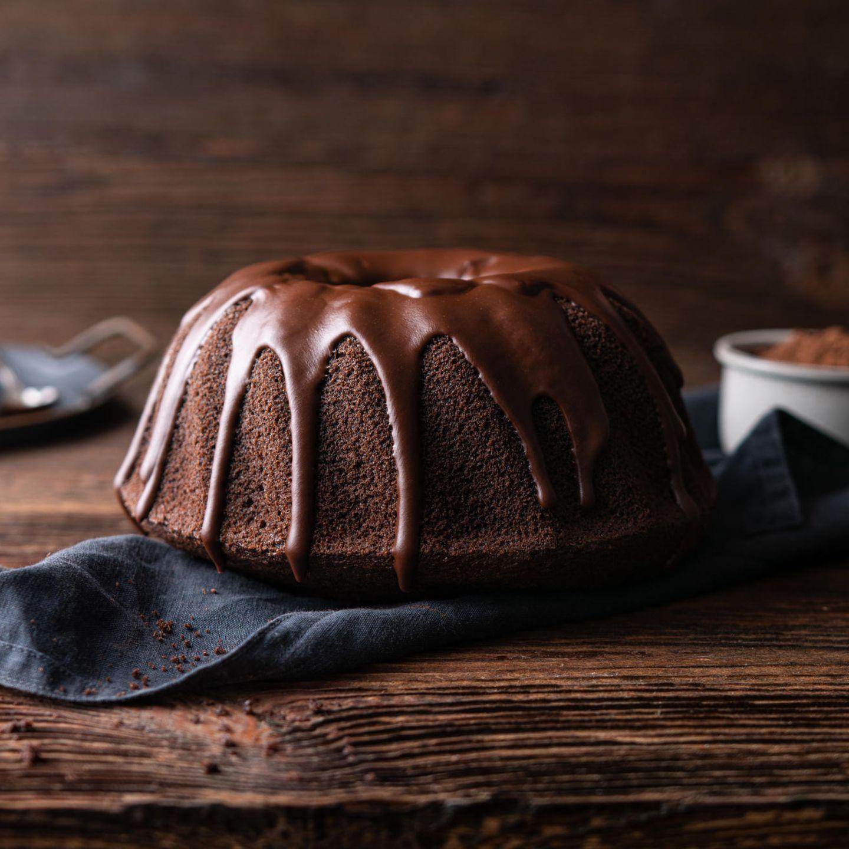 - 150g Zartbitterschokolade  - 2ELKakaopulver  -3 EL Instant-Kaffee  - 250gMehl  - 250mlWhiskey  - 1 Prise Salz  - 230g weiche Butter  - 400gZucker  - 3 Eier  - 1ELVanillezucker  - 1TLNatron  - Dunkle Kuvertüre  Zubereitung:  Gugelhupf-Form gut fetten. Die Schokolade hacken, über dem Wasserbad schmelzen und leicht abkühlen lassen. Espresso und Kakaopulver mit 240 ml heißem Wasser, dem Whiskey und dem Salz mischen und abkühlen lassen.  Die Butter und Zuckercremig schlagen, dann nach und nach die Eier unterrühren. Danach die Vanille, das Natron und die geschmolzene Schokolade einrühren. Nunein Drittel der Whiskey Mischung und ein Drittel des Mehls in den Teig geben. Solangewiederholen, bis der gesamte Whiskey und das Mehl aufgebraucht sind. Teig in die Form geben und etwa 60 Minuten bei 160°Cbacken. Unbedingt eine Stäbchenprobe machen! Nach dem Backen kann der Schoko-Whiskey-Gugel noch mitca. 3-4 ELWhiskey getränkt werden. Anschließend mit Kuvertüre glasieren.