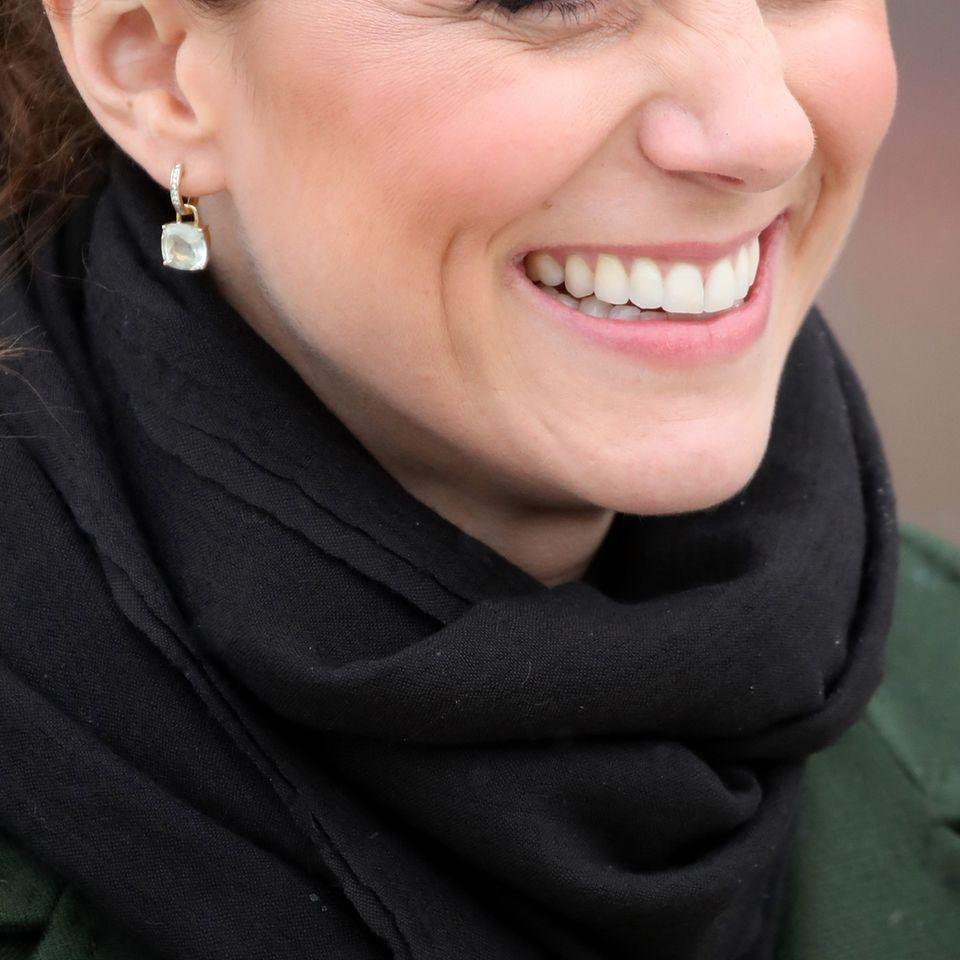 Herzogin Kate mit silbernen Creolen