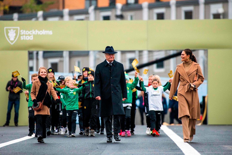 """Was für ein feierlicher Auftritt: König Carl Gustaferöffnete die neue Schleusenbrücke """"Slussbron"""" in Stockholm – das eigentliche Highlight sind aber die beiden royalen Ladies, die ihn an diesem Tag begleiteten. Kronprinzessin Victoria und ihre Tochter Estelle kamen als stylisches Doppelpack und strahlten um die Wette."""