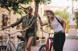 Zwei Frauen mit Fahrrädern