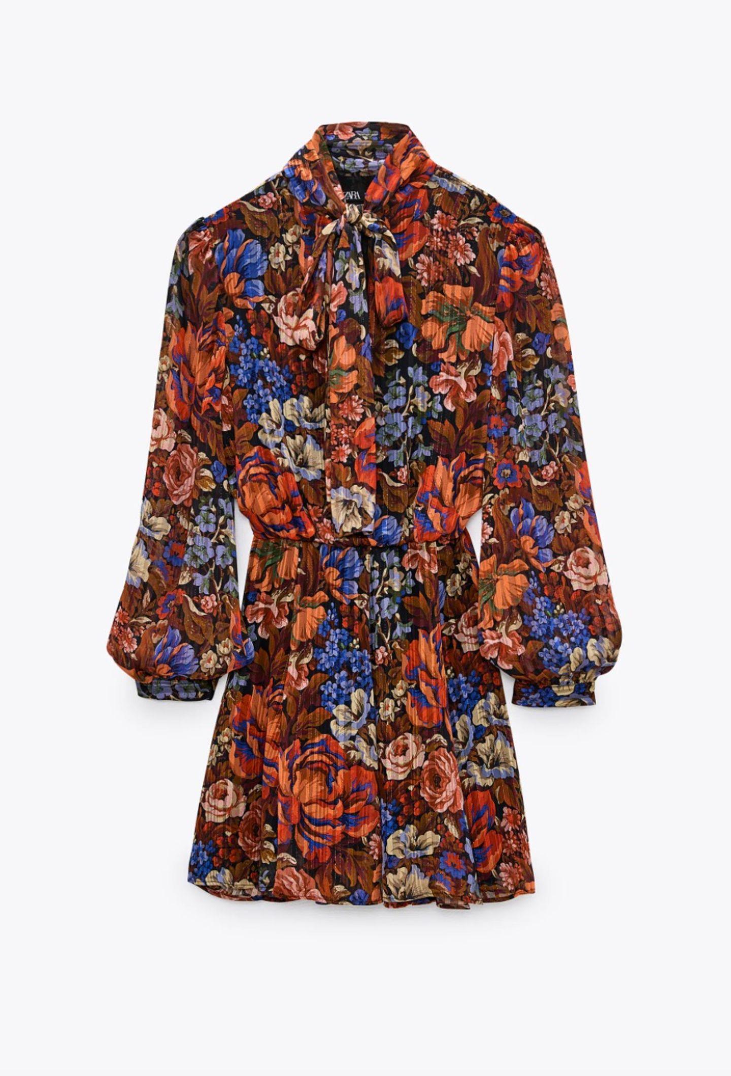 Blümchenkleider gehören zu den absoluten Klassikern im Kleiderschrk und sind nahezu immer eine gute Wahl. Pünktlich zur Festtagssaison setzen wir auf sanfte Erdtöne, glitzernde Laméfädenund eine süße Schluppe. Von Zara, um 60 Euro.