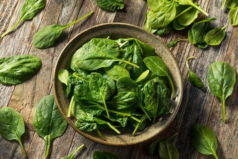 Spinat roh essen: Frischer Spinat in einer Schale