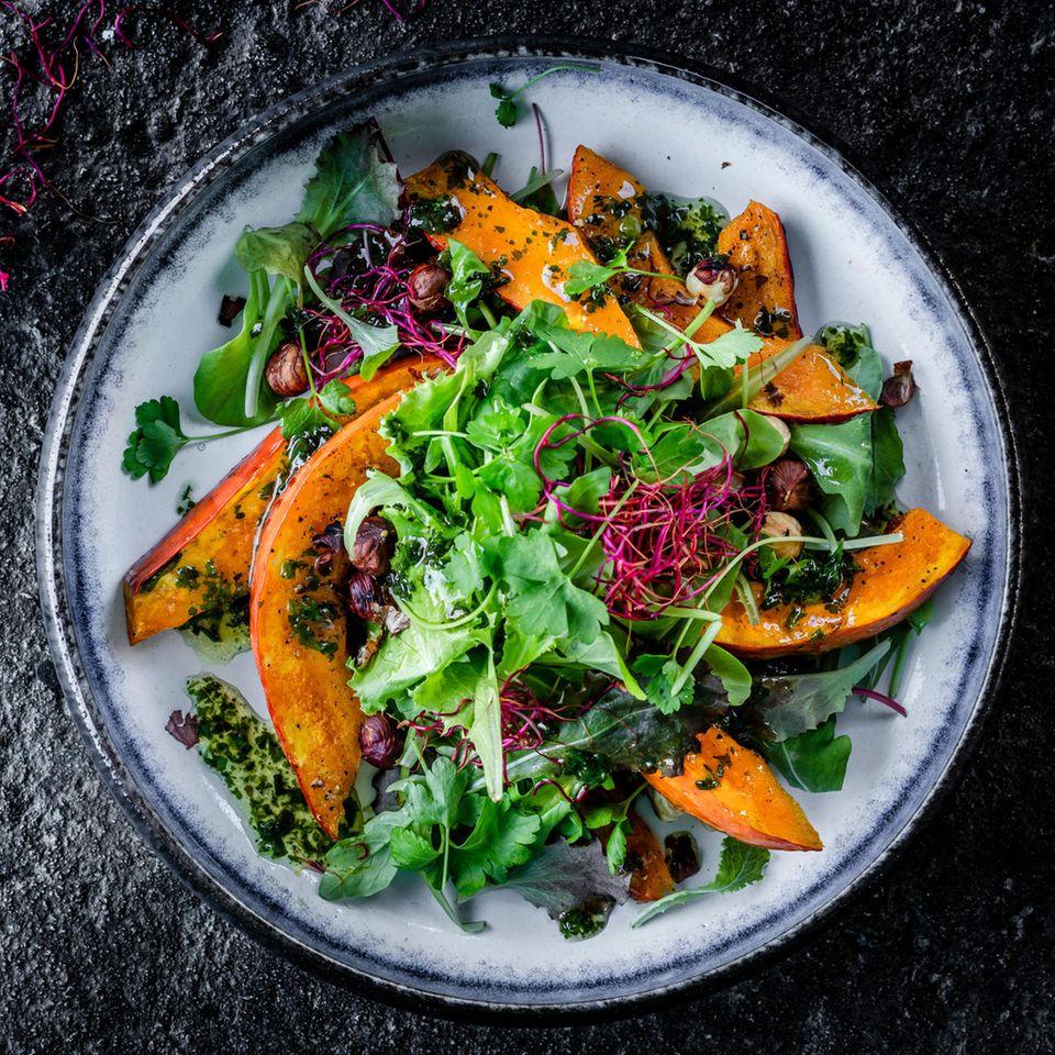 Babyleaf-Salat mit Hokkaido und Kräutern