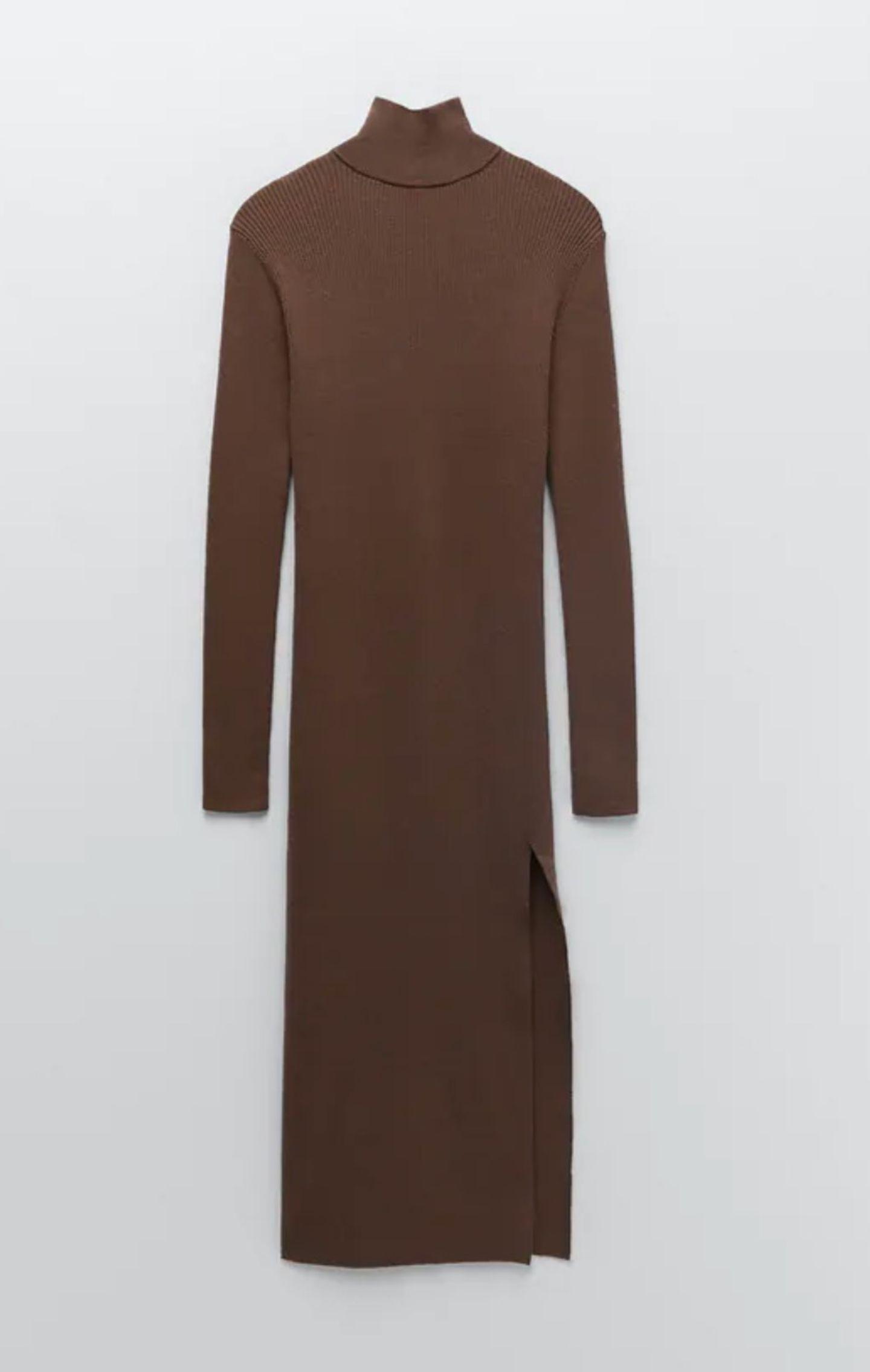 Strickkleider können auch sexy – hier ist der Beweis. Das schlammbraune Dress liegt super eng an und hat einen Schlitz bis zur Mitte des Oberschenkels – hot! Von Zara, um 40 Euro.