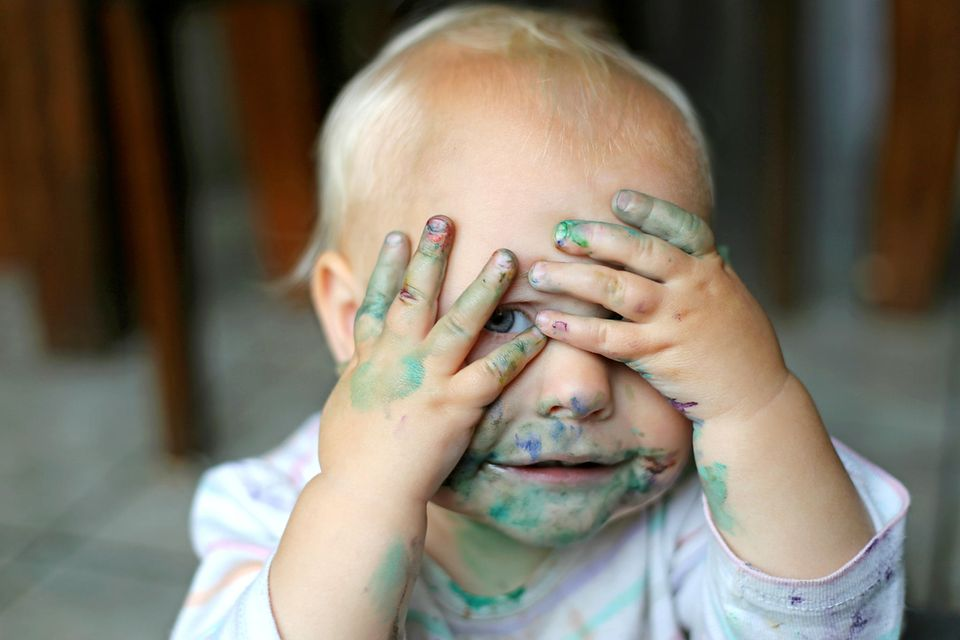 Schlechte Mutter: Baby mit Farbfingern