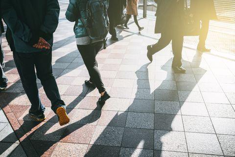 Wer schneller geht, lebt länger als ein Bummler: Menschen in der Fußgängerzone