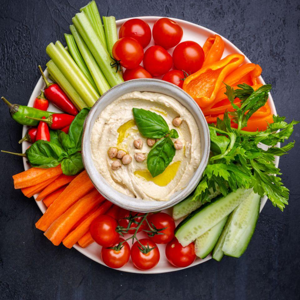 Veganes Fingerfood: Gemüsesticks und Hummus