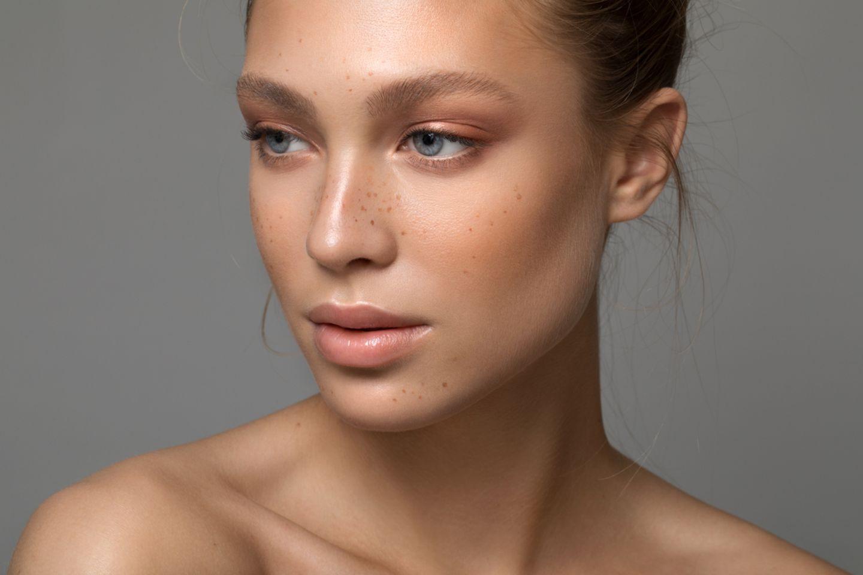 Schöne Frau mit junger, glatter Haut