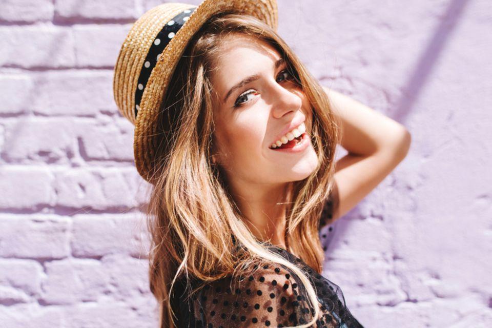 Dünnes Haar: Lächelnde Frau mit Hut.