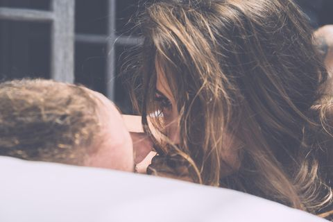 Menstruation Sex: Paar liegt im Bett