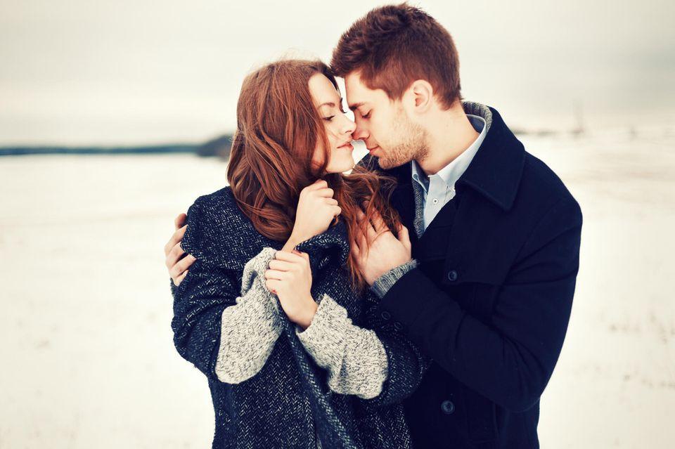 Ein verliebtes Paar in einer winterlichen Landschaft