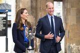 """Zum dunkelblauen Hosenanzug trug die schöne Ehefrau von Prinz William eine royalblaue Seidenbluse des LabelsLisou, die über und über mit kleinen Regenbögen verziert ist. Das Besondere daran: Der Regenbogen galt während der Pandemie als Symbol der Hoffnung und der Solidarität undsollteden Mitarbeitern des Gesundheitssystems Unterstützung signalisieren.  Was für eine schöne Geste von Kate, die die Mitarbeiter des""""National Health Services"""" sicher zu schätzen wussten."""