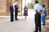 """Für Prinz William und Herzogin Catherine stand ein ganz besonderer Termin auf der Agenda: Die beiden waren für den """"Pride of Britain""""-Award im Einsatz, einerjährlichen Preisverleihung, bei derBriten geehrt werden, die herausfordernde Situationen gemeistert haben. Die beiden Royals überreichten den Preis in diesem Jahr den Mitarbeiterndes """"National Health Service"""", die während der Corona-Pandemie """"ihr Leben aufs Spiel gesetzt haben, um anderen zu helfen"""".  Für diesen Anlass wählte Kate einen schlichten Businesslook, der aber mit einem kleinen Detailaufwartete, welchesihre Wertschätzung der Preisträger gegenüber deutlich zum Ausdruck brachte ..."""