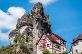 Naturwunder Deutschlands: Felsen mit Fachwerkhaus