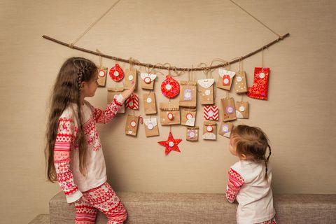 Adventskalender Kinder: Adventskalender, zwei Mädchen, ein gefüllter Adventskalender