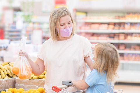 Edeka: Mutter und Kind im Supermarkt