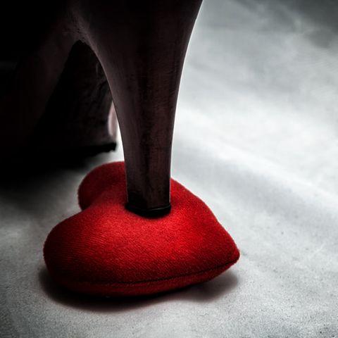 Schräge erste Dates: Herz unter einem Schuhabsatz