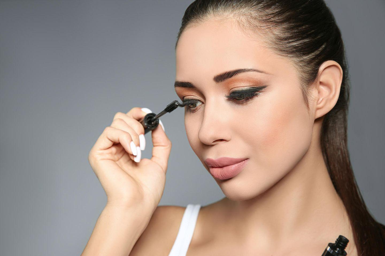 Make-up-Artist verrät: Diese Tipps revolutionieren die Haltbarkeit unseres Augen-Make-ups