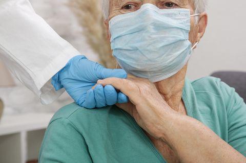 Corona aktuell: Älterer Mann mit Mundschutz