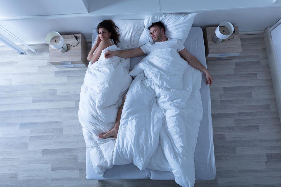 Bei dieser Schlafposition ist das Trennungsrisiko am größten: Ein schlafendes Paar im Bett