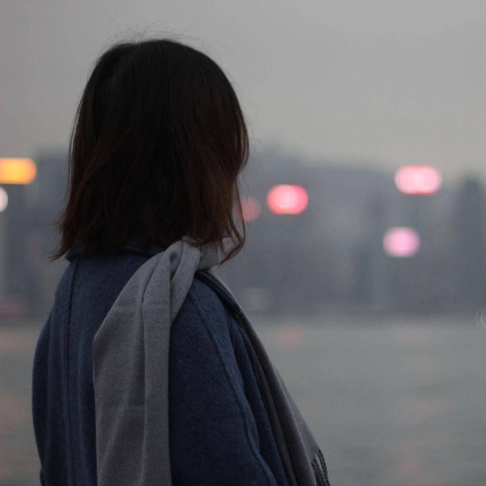 Whisper: Eine Frau blickt auf eine Stadt