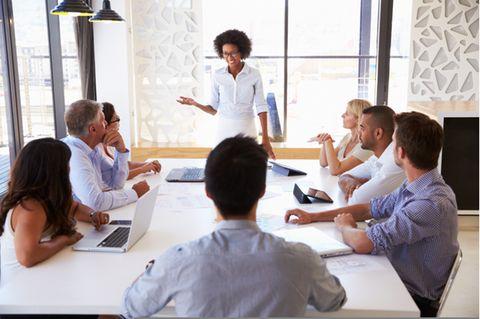 Körpersprache deuten: Mitarbeiter in einer Besprechung