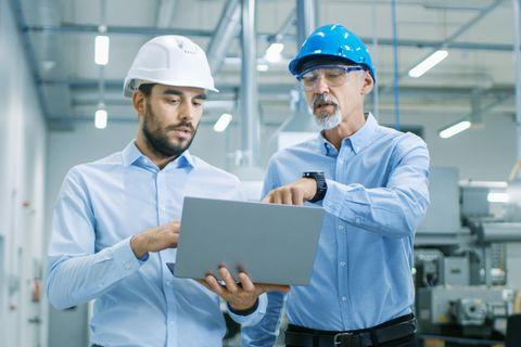 Facility Manager: Zwei Männer mit Laptop