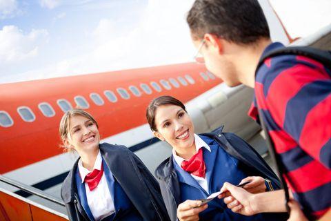 Flugbegleiter: Flugbegleiterin im Flugzeug