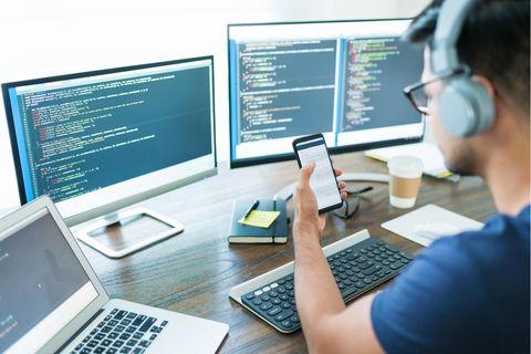 Informatiker: Informatiker am Schreibtisch